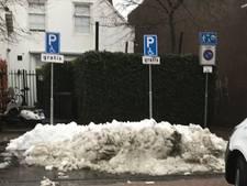 Invalidenparkeerplaatsen in Waalwijk gebruikt als dumpplaats voor sneeuw: 'Dit kan niet de bedoeling zijn'