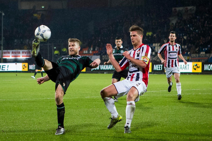 Michael de Leeuw (l, FC Groningen) haalt om voordat Willem II-verdediger Jorden Peters kan ingrijpen tijdens de wedstrijd van vorig seizoen