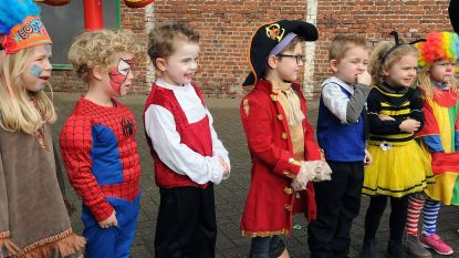 Kleuters vieren carnaval met jarige Clown Rocky