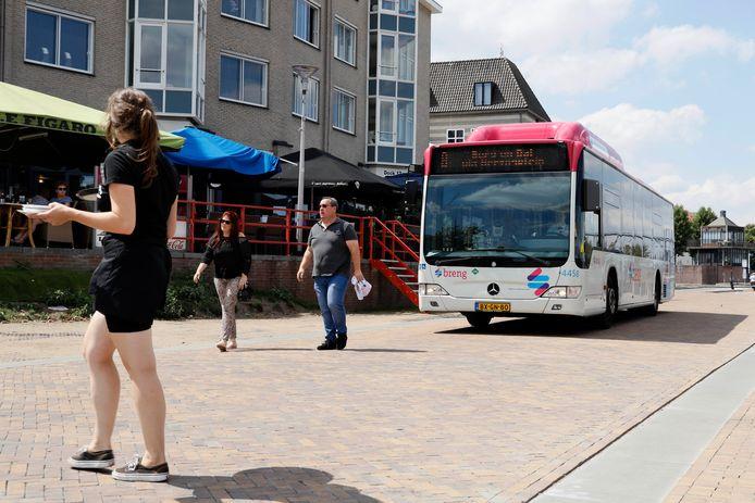 Bussen en overstekend horecapersoneel op de Waalkade.