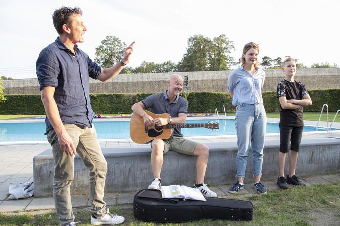 De hoofdrolspelers Jan Tekstra (met gitaar) en Julia van der Vlugt geven een voorproefje van de voorstelling. Links regisseur Jasper Verheugd.