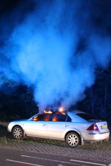 Auto in vlammen op de Monnikensteeg in Arnhem