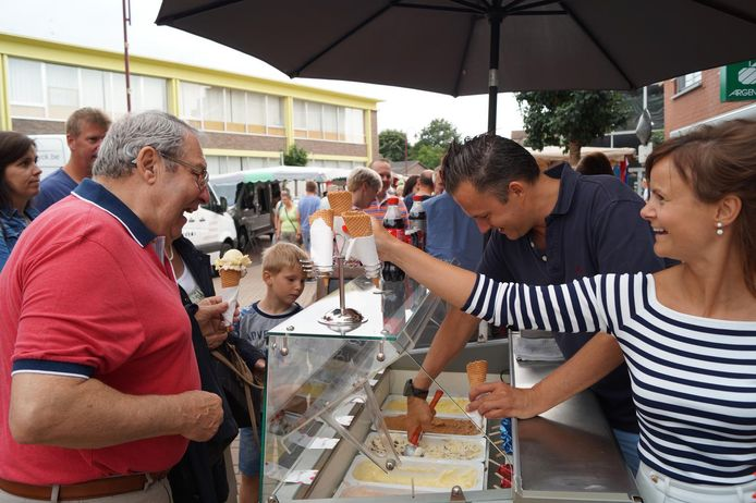 Een sfeerbeeldje van de avondmarkt op een vorige editie van de Margrietekermis in Lichtervelde