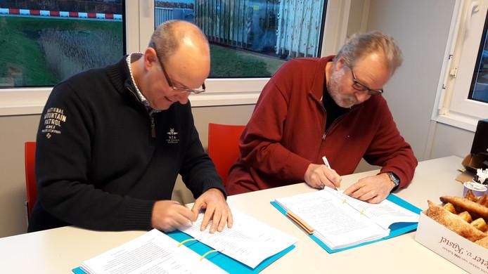 Wethouder René Lazeroms van Rucphen (l) en wethouder Kees van Aert van Etten-Leur ondertekenen de samenwerkingsovereenkomst  milieustraat.