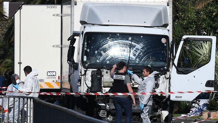De vrachtwagen waarmee Mohamed Lahouaiej Bouhel 86 mensen dood reed op de Promenade des Anglais in Nice, op 14 juli 2016. Beeld afp