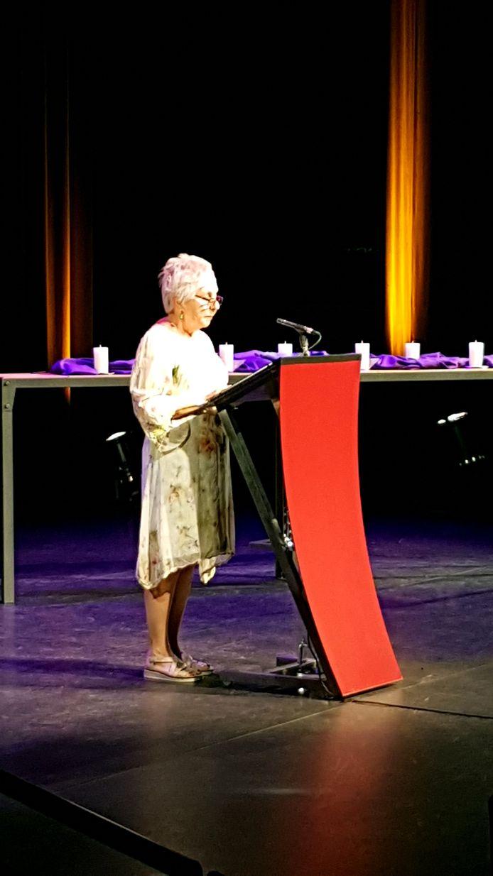 Maryanne Schlösser aan het woord tijdens herdenking Valkenhof,