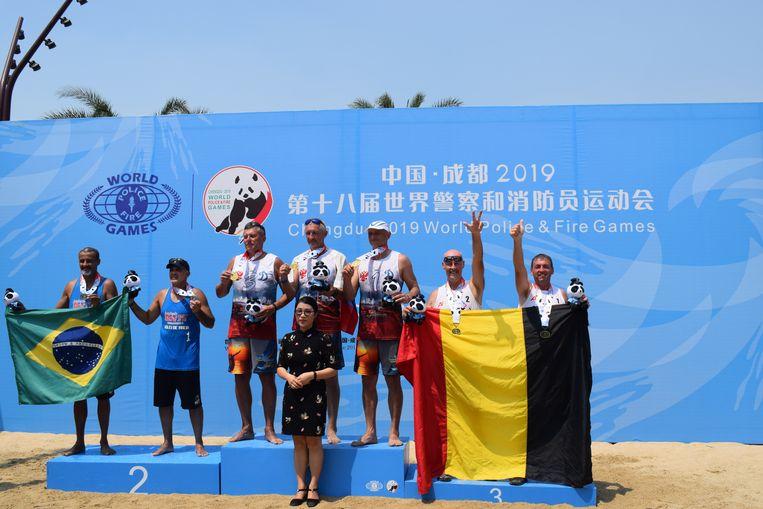 Dirk en Christiaan rechts op het podium. De Russen wonnen goud en staan met een reservespeler op het podium. Die hadden de Belgen niet.