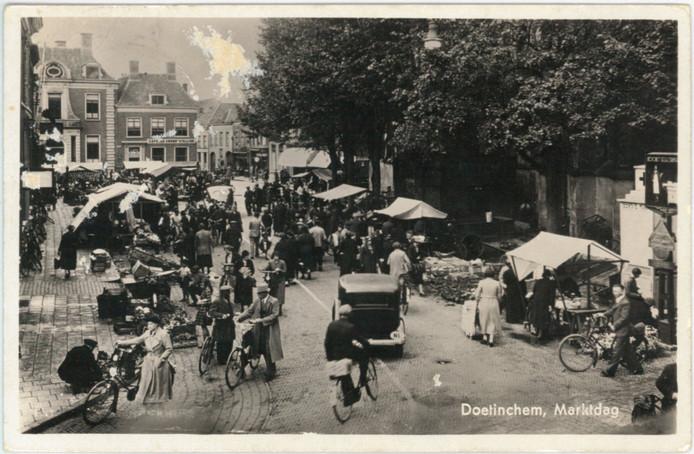 De markt was voor de oorlog ook op wat tegenwoordig het Simonsplein is, zoals te zien op deze ansichtkaart uit september 1939. Bron: Erfgoedcentrum Achterhoek en Liemers
