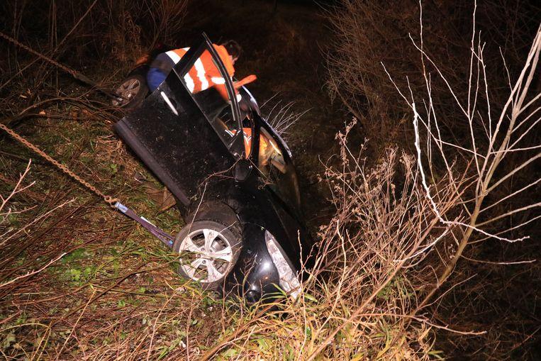 De wagen belandde naast de snelweg in een diepe gracht.