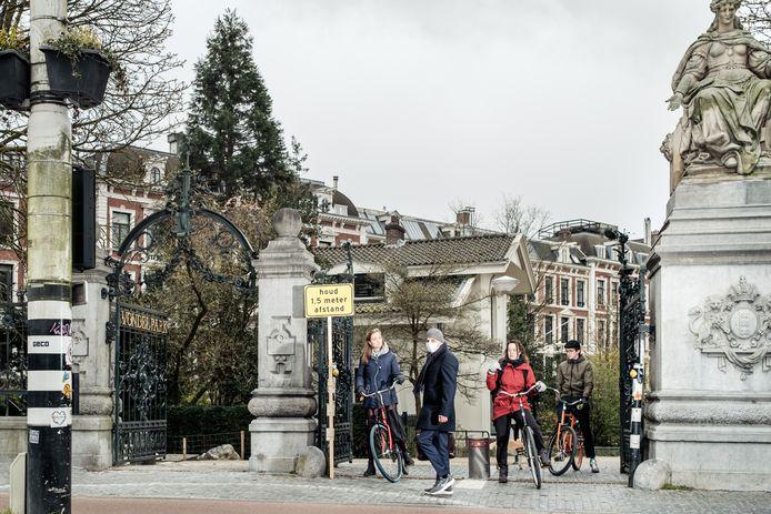 Bij onder andere het Vondelpark worden zondag maatregelen genomen om het aantal bezoekers te beperken.
