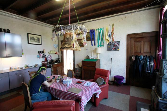 Barbara en Eric wonen nu in de oude sacristie. foto : Gerard van Offeren/Pix4Profs