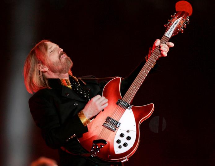 Tom Petty tijdens een optreden met zijn band 'The Heartbreakers' tijdens de rust van de Super Bowl XLII in Glendale, Arizona op 3 februari 2008.