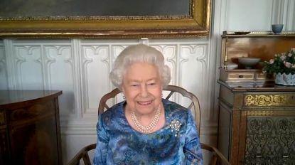 Zo vrolijk zag je haar nog nooit: Britse Queen zichtbaar geamuseerd door verhaal van militair tijdens videochat