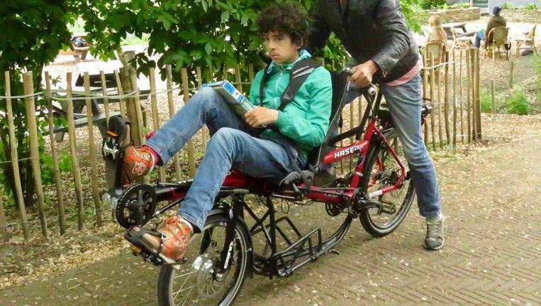 De stiefzoon van Nan Rosens op de bijzondere fiets Beeld