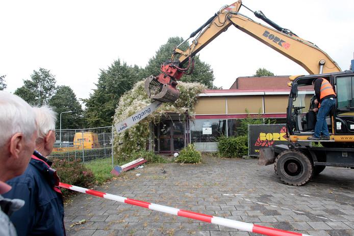 Op de plek van het voormalig restaurant Het Kombuis komt de nieuwe mfc, al moet het dubbel zoveel kosten als aanvankelijk geraamd. (archieffoto)