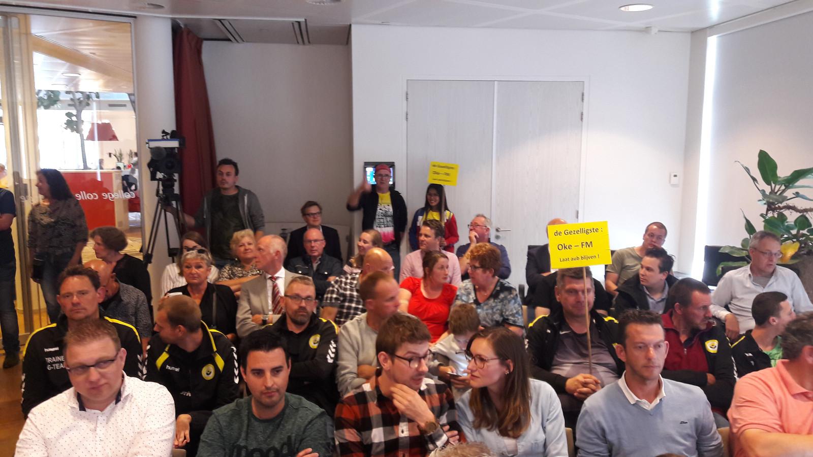 Drukte in de raadszaal tijdens de discussie over de lokale omroep in Altena.