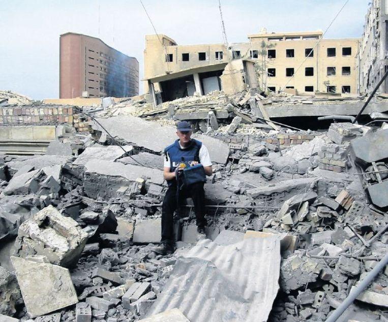 Hans Jaap Melissen op de puinhopen van Bagdad in 2003. Beeld Hans Jaap Melissen