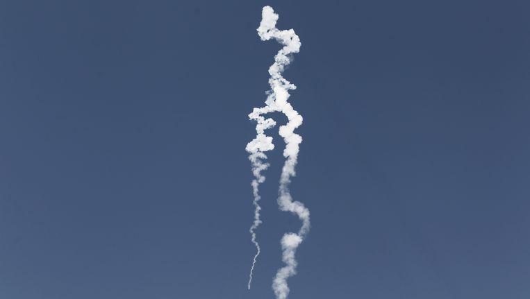 Een lange witte sliert in de lucht gisterochtend bij Tel Aviv. Israël heeft een proef gedaan met de lancering van een raket. Beeld AP