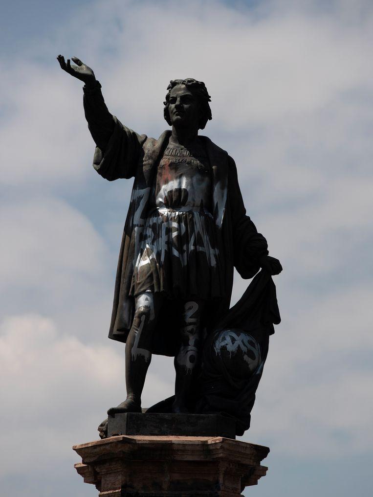 Het beeld van Christoffel Columbus aan de Paseo de la Reforma in Mexico-Stad werd al eerder het doelwit van vandalisme en bekladding.   Beeld AP