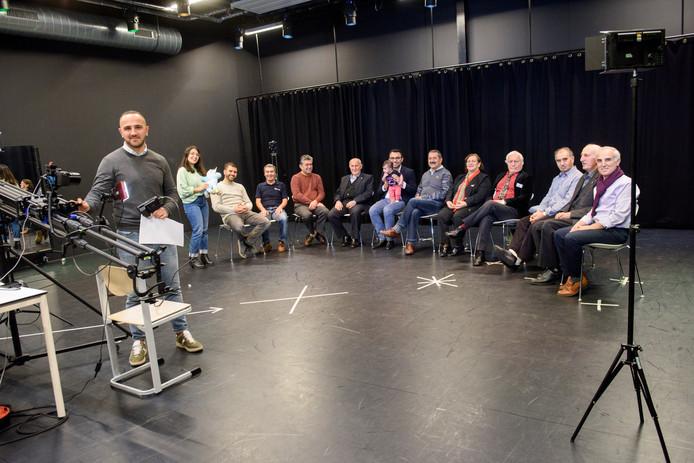Bij het CKE worden oudere Turken geïnterviewd voor een documentaire over de eerste generatie Turken in Eindhoven. Wethouder Torunoglu (midden) is er ook met zijn dochtertje Niva. Staand filmmaker Emre Kalender.