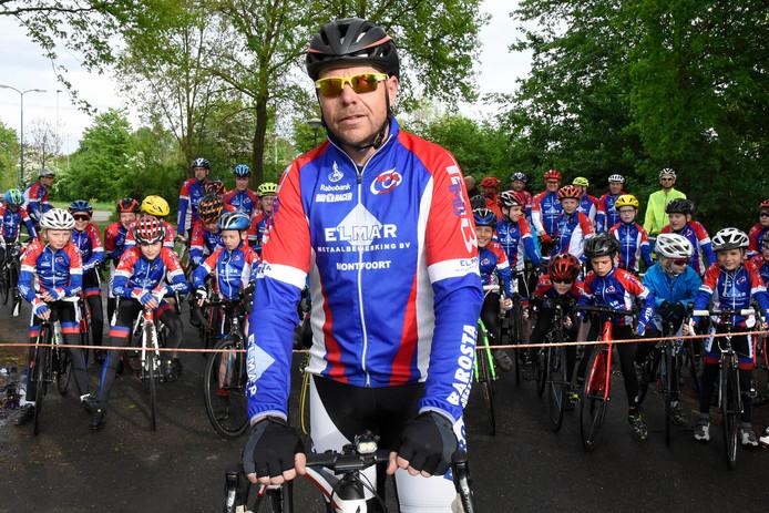 WTC-voorzitter Jan van Leeuwen voor een groep renners op de gevaarlijke plek.  Hier moet een brug komen.