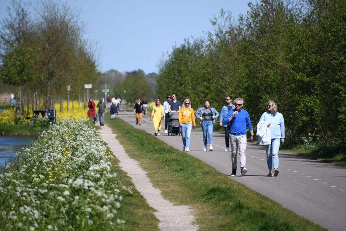 Veel wandelaars en fietsers bij de Cattenbroekerplas.