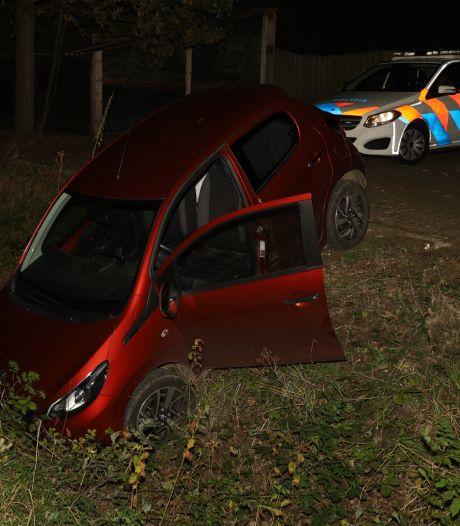 Automobilist gewond nadat hij van parkeerplaats in sloot rijdt in Herpen