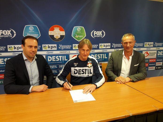 Adrie Koster tekent zijn nieuwe contract.
