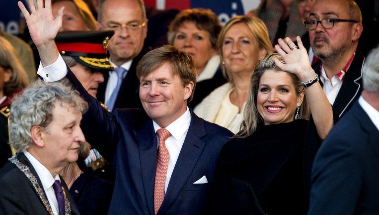 Burgemeester Eberhard van der Laan (L), koning Willem-Alexander en koningin Máxima tijdens het Bevrijdingsconcert. Beeld ANP