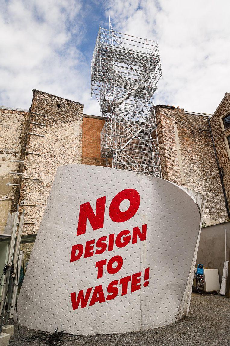 Naast de reusachtige wc-rol in de Drabstraat hebben de kunstenaars van kunstencollectief 019 een stelling van 16 meter hoog gebouwd.