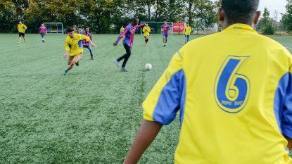Vluchtelingen en atleten Special Olympics spelen samen potje voetbal