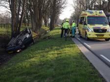 Auto op kop in sloot bij eenzijdig ongeluk in Doetinchem