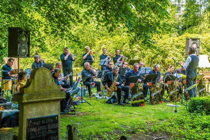 Bornse Bigband Eighty Nine op oude begraafplaats aan Bornsestraat