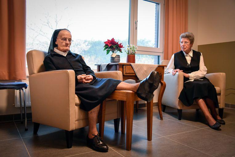 Zuster Bernadette en Moeder-Overste Elza in hun nieuwe kloosterafdeling in woonzorgcentrum De Vliet.