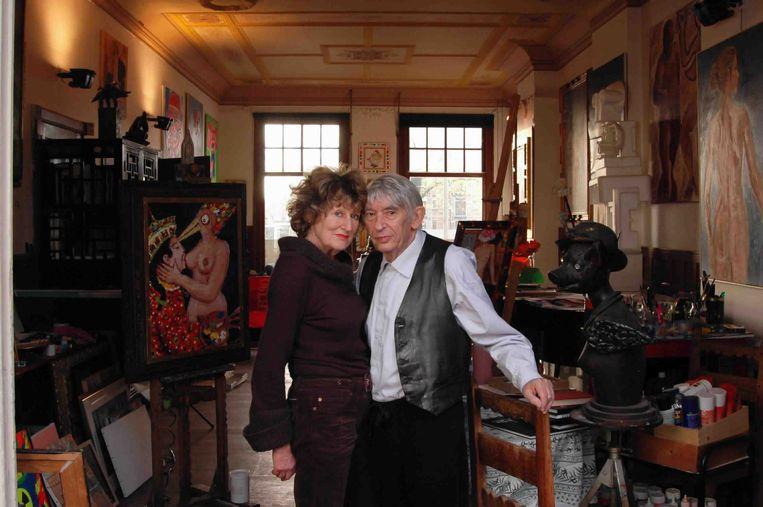 Kunstenaar Aat Veldhoen met echtgenote Hedy d'Ancona, november 2004. Beeld Mark Kohn, Trouw