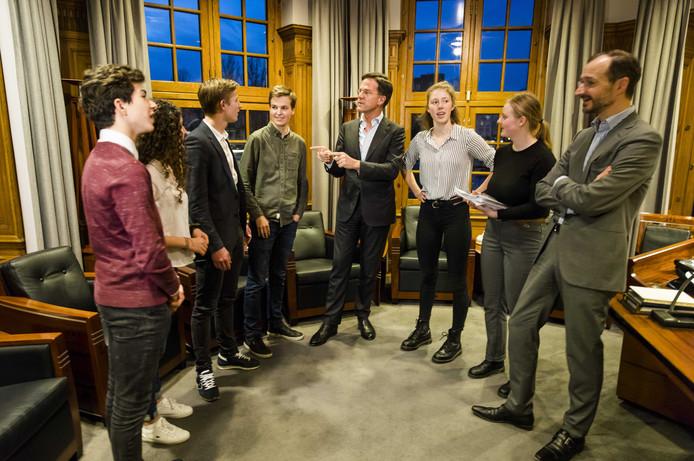 Premier Mark Rutte en minister Eric Wiebes (Economische Zaken en Klimaat) ontvingen gisteravond in het Torentje de scholieren achter de actiebeweging Youth For Climate NL.