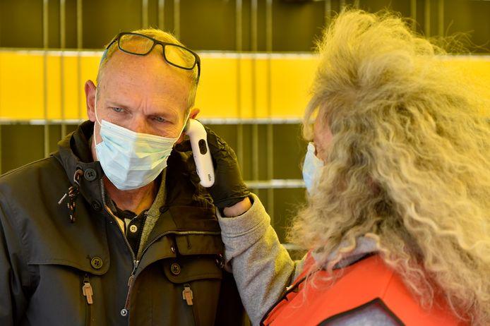 Een medewerker van een tv-ploeg wordt gecontroleerd.
