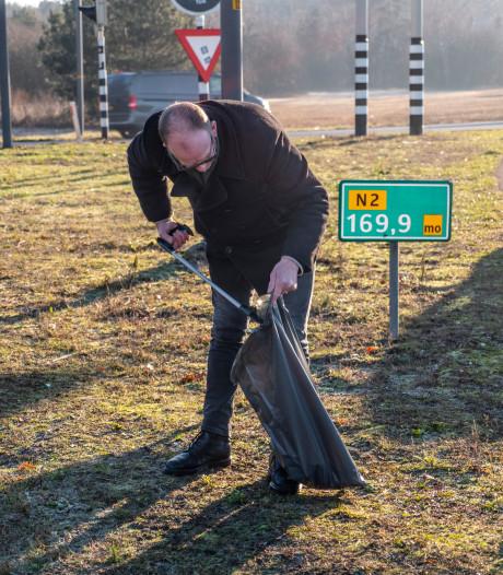 Volle zakken afval bij knooppunt Leenderheide in Eindhoven