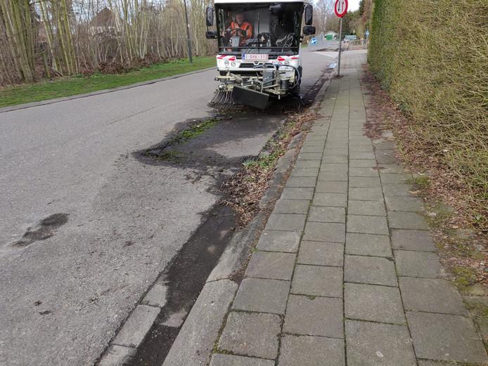 Het stadsbestuur liet de 'parkeerplaats' na het takelen schoonmaken.