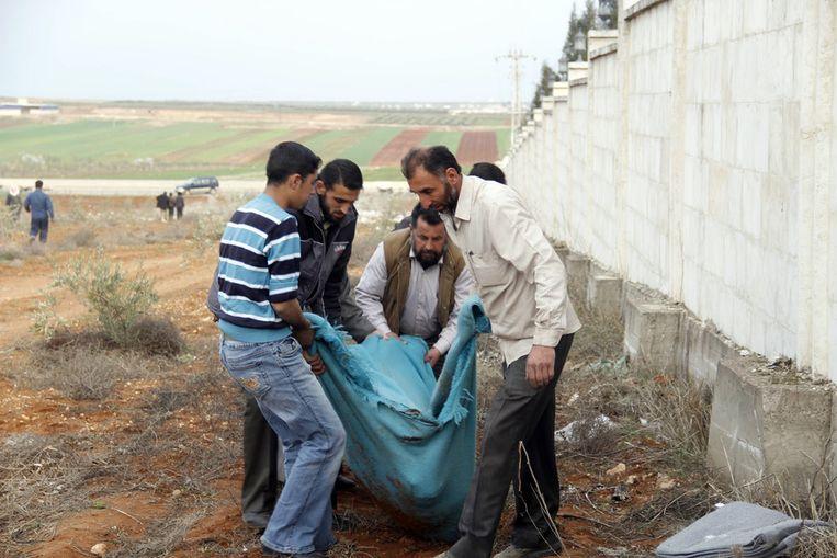 Vorige week werden 22 lichamgen gevonden in een massagraf nabij Azaz. Beeld getty
