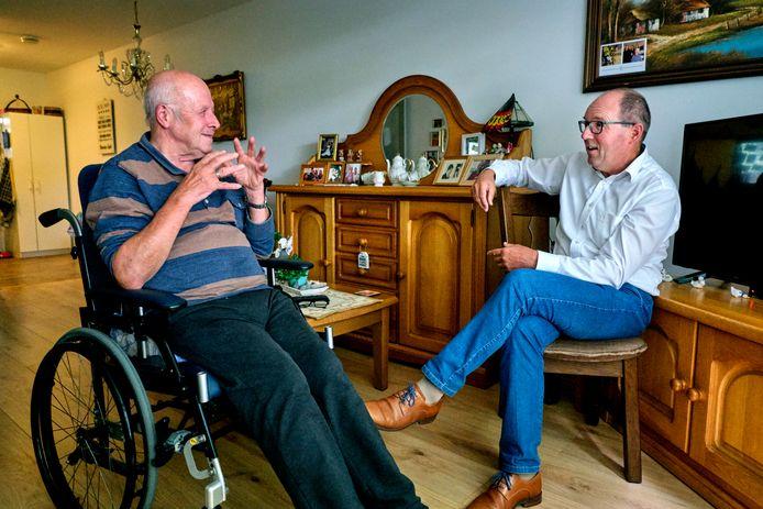Geestelijk verzorger Nico van der Leer (rechts) in gesprek met de 73-jarige Wout van Zanten in diens aanleunwoning.
