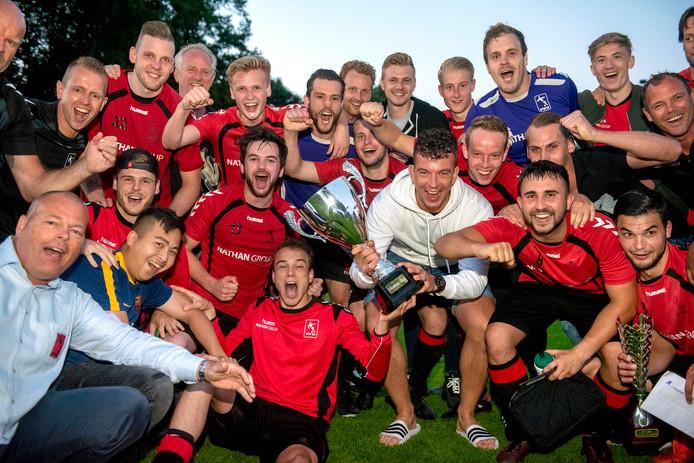 AVW'66 viert feest met de Arnhem Cup na de 2-1 winst op Eendracht Arnhem.