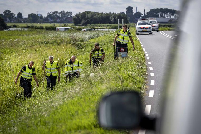 Politie deed onderzoek in de berm op de plek waar de levenloze Tamar is gevonden langs de dijk tussen Monnickendam en Marken.