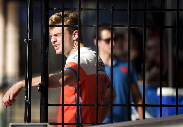 De geblesseerde Mink van der Weerden bekijkt de wedstrijd van Oranje tegen Spanje vanaf de kant  tijdens. FOTO ANP KOEN SUYK