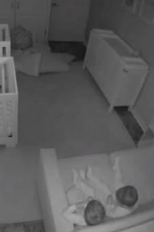 Ouders leggen slapeloze nacht van peutertweeling vast