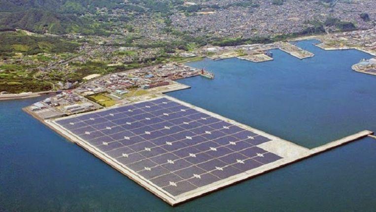 De al bestaande drijvende 'zonneweide' van Kyocera. De volgende wordt met ruim 50.000 zonnepanelen de grootste ter wereld. Beeld Kyocera