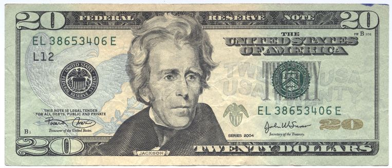 De vrouw stapte met haar aanrander naar een bankautomaat waar ze 20 dollar afhaalde voor hem.