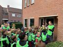 Een speurtocht bracht de kinderen van basisschool De Vlinderakker vrijdag naar de duizendste inwoner van Biest-Houtakker: Daniëlle van der Putten. Hier te zien naast de voordeur..