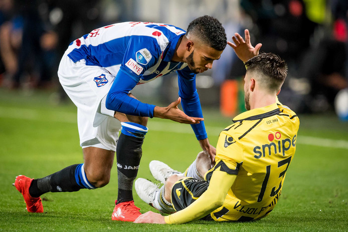 Jeremiah Jerry St Juste maakt ruzie met Vitesse-speler Ricky van Wolfswinkel.