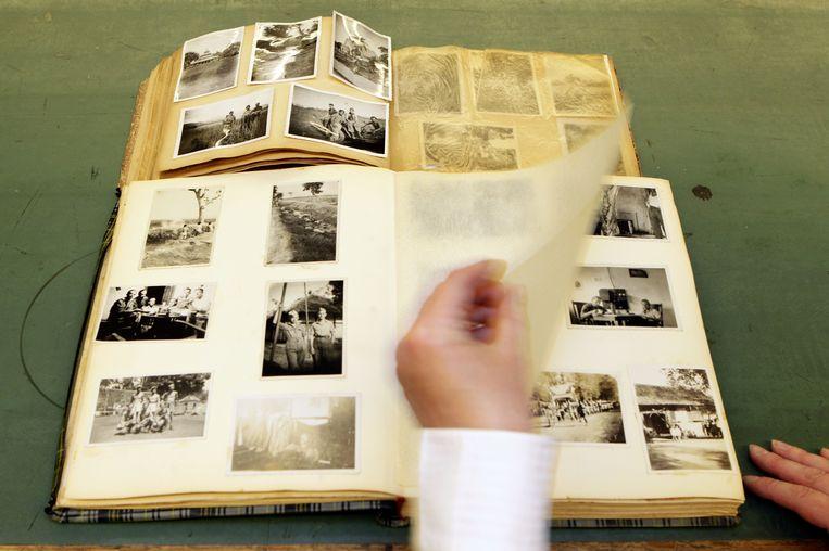 Foto's van een executie in voormalig Nederlands-Indië in een fotoboek dat dit jaar werd gevonden in een vuilcontainer. Beeld ANP